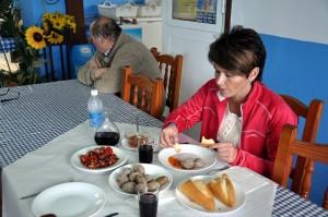 Berit nyter tradisjonsrik mat på Casa Africa
