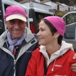Odd og Berit tar hodeplagget med godt humør før hjelmen er på plass og de er klare for grottetur